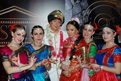 Катя Бужинская и Владимир Кузин с коллективом индийского танца клуба